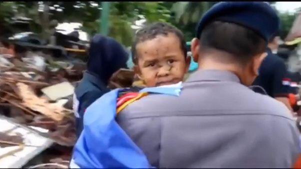 نجات یک کودک خردسال از زیر آوار سونامی مرگبار در اندونزی