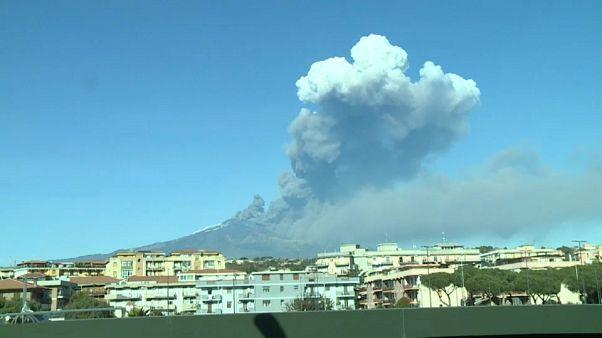 Vulcão Etna entra em erupção e desperta a ilha italiana