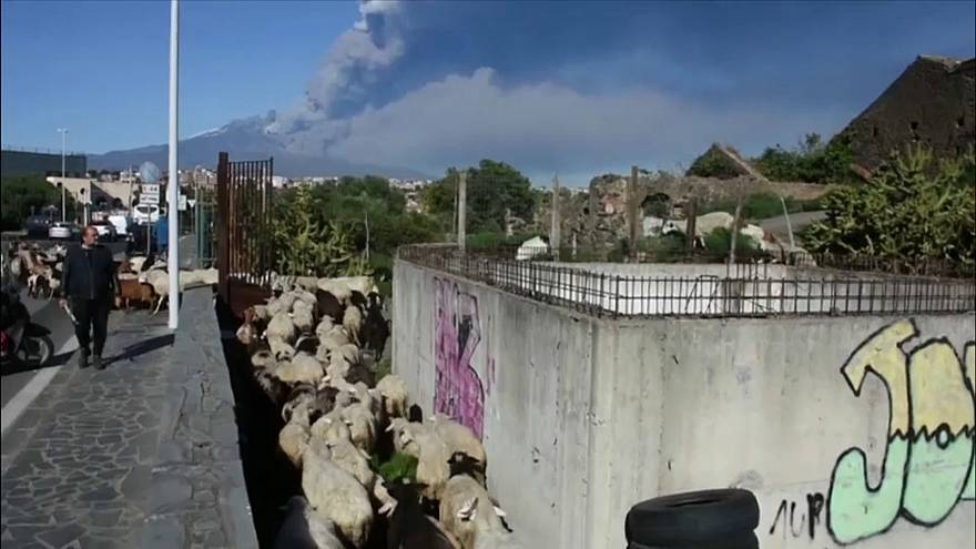 Itália: Vulcão Etna entra em erupção