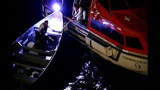 شاهد: إنقاذ صيادين اثنين ظلا تائهين على متن قارب في المحيط 20 يوما