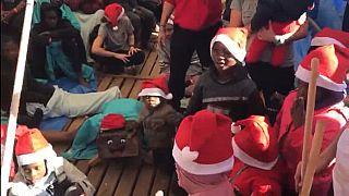 Une tradition catalane de Noël sur le bateau d'Open arms