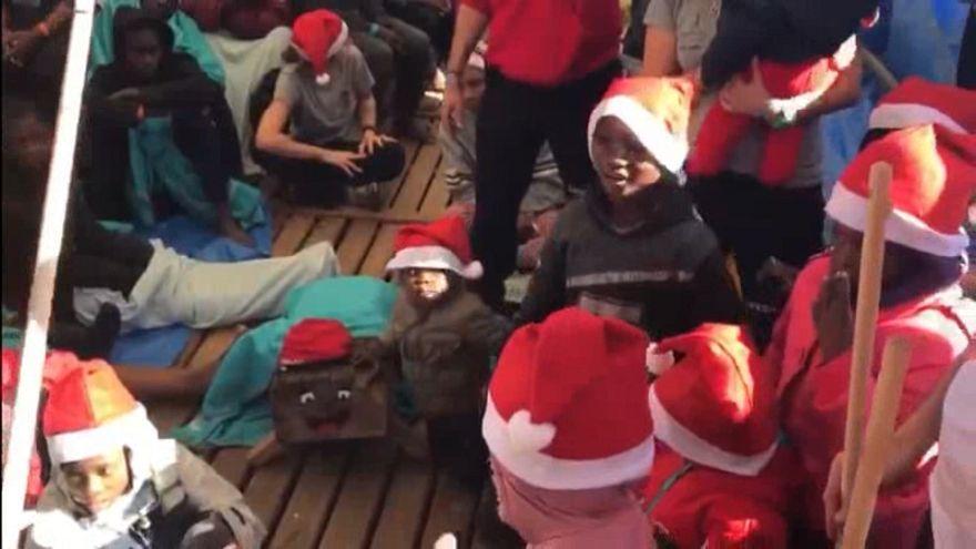 شاهد: أطفال يحتفلون بعيد الميلاد على ظهر سفينة للمهاجرين