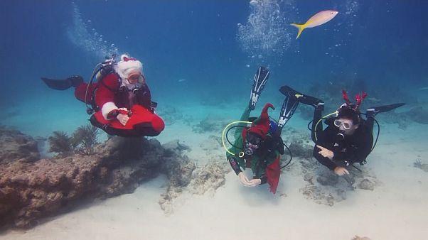 Papa Noel hace submarinismo solidario en Florida