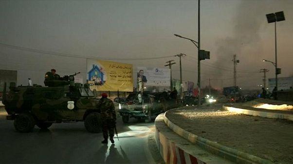 مسلحون يقتلون 28 على الأقل في هجوم على مبنى حكومي بأفغانستان