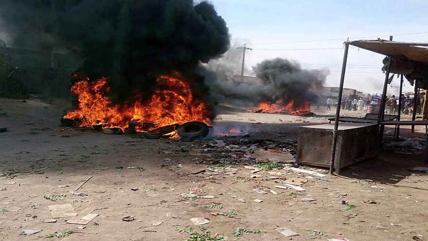 الشرطة السودانية تفرق متظاهرين ونقابات تستعد للاحتجاج مجددا الثلاثاء