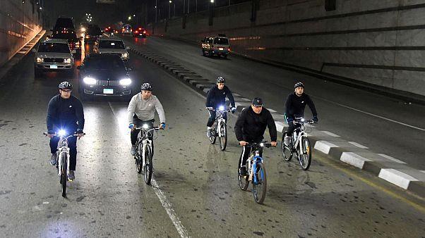 Mısır Cumhurbaşkanı Sisi aşırı kiloya savaş açıp bisiklete bindi
