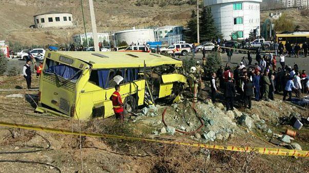واژگونی اتوبوس در واحد علوم و تحقیقات دانشگاه آزاد تهران ۹ کشته بر جای گذاشت