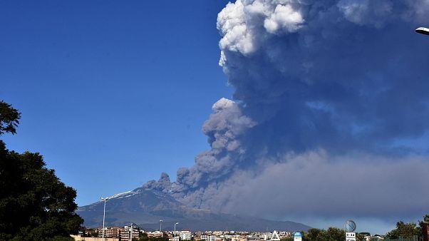 Etna Yanardağı'nın kapattığı havalimanı tekrar faaliyette