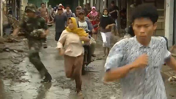 شاهد:  إنذار كاذب عن تسونامي جديد يصيب مئات الإندونيسيين بحالة من الهلع