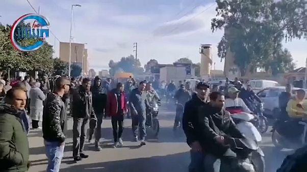 آلاف التونسيين في تشييع جنازة الصحفي الذي انتحر حرقا في القصرين