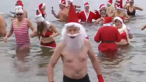 «Χριστουγεννιάτικη βουτιά» σε λίμνη του Βερολίνου