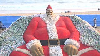 شاهد: مجسم ضخم لسانتا كلوز من القوارير البلاستيكية والرمل