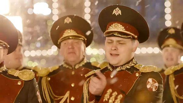 """شاهد: جوقة الحرس الوطني الروسي تغني """"عيد الميلاد الماضي"""""""