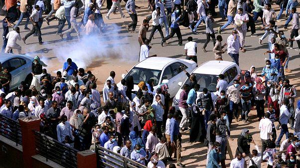 قوات الأمن تطلق الغاز المسيل للدموع على المتظاهرين في السودان