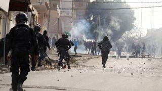 إثر انتحار الصحفي زُرقي.. إصابات واعتقالات في صفوف متظاهرين في تونس