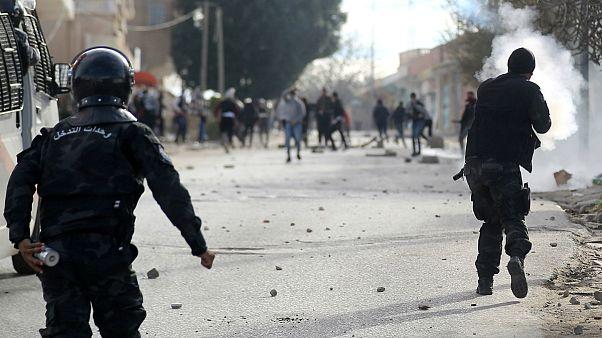 تونس؛ ادامه درگیری های خیابانی پس از خودوسوزی یک خبرنگار