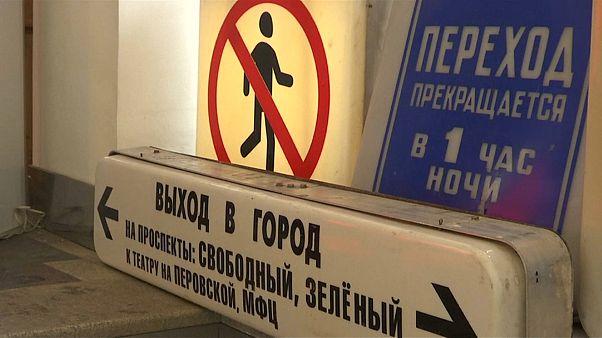 الروس يقتنون ذكرياتهم .. مترو موسكو يتيح للجمهور شراء لافتاته القديمة
