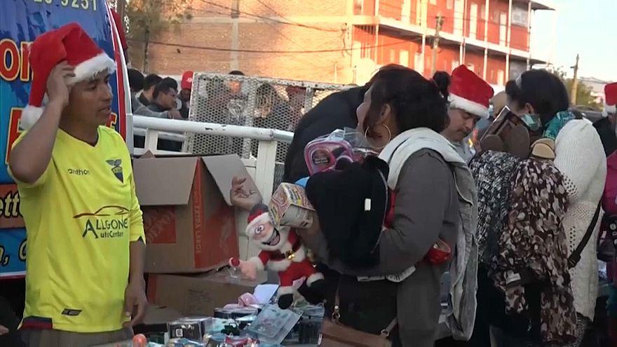 Los migrantes de la caravana en Tijuana celebran una humilde Navidad