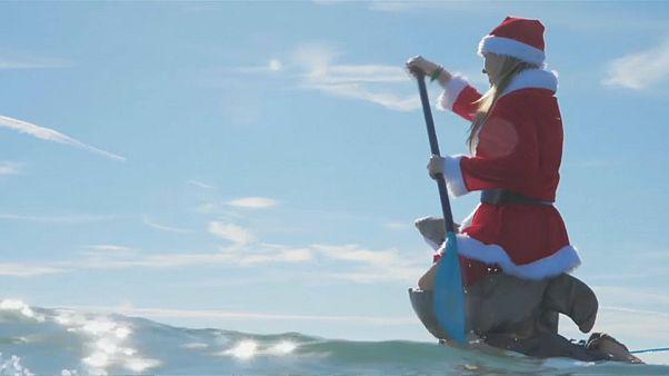 سانتا كلوز يركب الأمواج عوض تسلق المداخن لأغراض خيرية