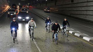 Mısır Cumhurbaşkanı Sisi, obeziteye savaş açarak bisiklete bindi