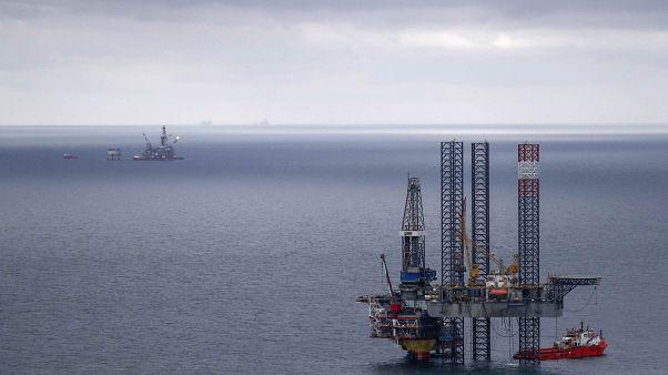 النفط يصعد إلى 51 دولارا بعد فترة من الهبوط الحاد