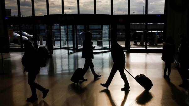 اعتقال شخصين لإثارة الفزع بلعبة على شكل مسدس في مطار بباريس