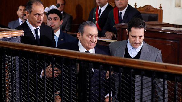 """مبارك يشهد على """"عصره"""" ضد مرسي .. وشهادته ومظهره يثيران الجدل"""