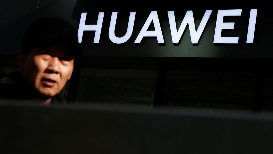 Η Huawei τιμώρησε δύο υπαλλήλους της γιατί έστειλαν πρωτοχρονιάτικες ευχές με ένα iPhone