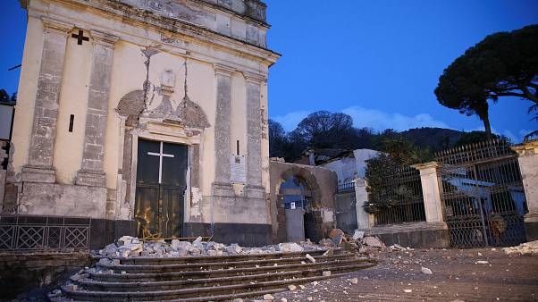 السلطات الإيطالية تحتوي تبعات زلزال صقلية وثوران بركان إيتنا