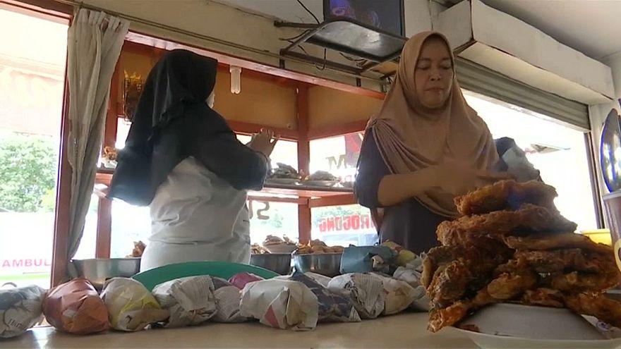 فيديو: مطعم إندونيسي نجا من تسونامي يفتح أبوابه لعمال الإنقاذ والضحايا