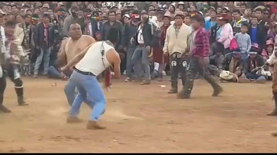 شاهد: في البيرو.. مواطنون يودّعون السنة بالضرب وتصفية الحسابات العالقة