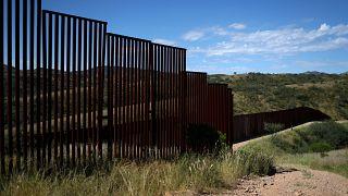 A határkerítés a mexikói Nogales közelében