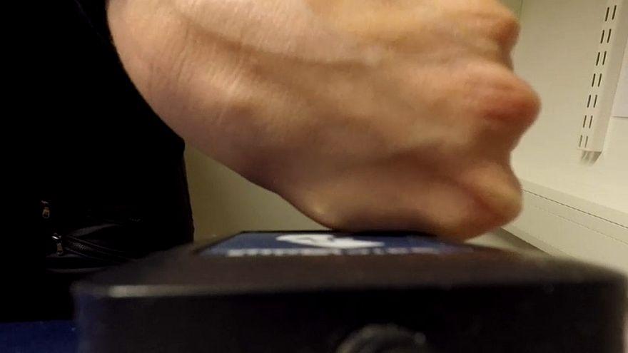 Adeus cartões. Olá microchip sob a pele