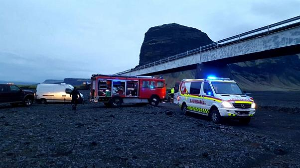 Island: Touristen stürzen mit einem Auto von sechs Meter hoher Brücke