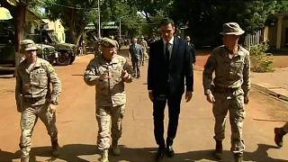 Sánchez pasa revista a las tropas en Mali y anuncia ayudas para el retorno voluntario