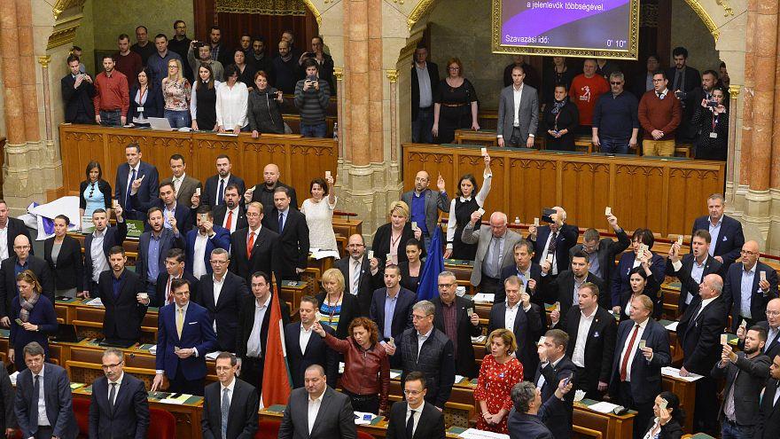 Ellenzéki képviselők a munka törvénykönyvének módosításáról való szavazáson