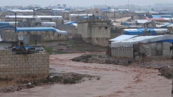 الأمطار الغزيرة تزيد من مأساة النازحين السوريين في شمال البلاد