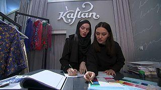 الأختان عادلوفيتش تكسرا التقاليد بأزياء لا يحد تنوعها من تميزها