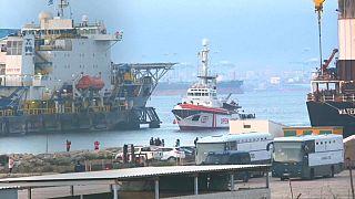 La nave di Open Arms con oltre 300 migranti a bordo attracca in Spagna