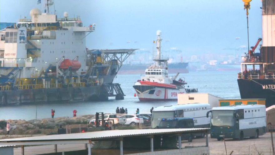 """Rettungsschiff """"Open Arms"""" mit mehr als 300 Migranten an Bord in Spanien angekommen"""