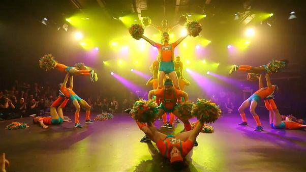 Video   'Ponpon erkekler' cinsiyetçiliğe karşı sahnede