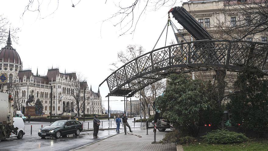 Tüntetés Nagy Imre eltávolított szobra helyén