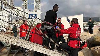 Imagen de uno de los migrantes desembarcando del Open Arms en Algeciras