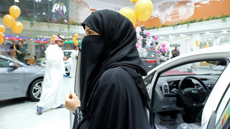 Suudi kadınlardan peçe protestosu: 'Ayaklar altına alarak' baş kaldırdılar