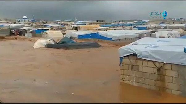 شاهد: الأمطار والفيضانات تجرف مخيمات النازحين السوريين شمال البلاد