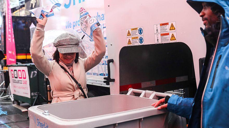 Una mujer participa en el Día oficial para deshacerse de las cosas malas