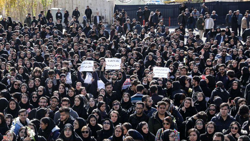 تجمع اعتراضی دانشجویان علوم و تحقیقات تهران به ضعف مدیریت و نبود ایمنی