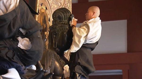 شاهد: رهبان ومتطوعون ينظفون تماثيل في نارا اليابانية استعداداً للعام الجديد