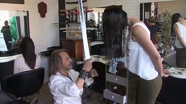 شاهد: حلّاق اسباني يصفف الشعر بالسيوف والسكاكين ولظى النار
