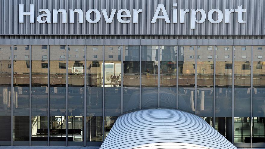 إغلاق مطار هانوفر بعد اقتحام رجل بسيارته منطقة توقف الطائرات